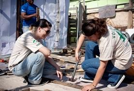 Vrijwilligers leren meer over bouw- en renovatiewerkzaamheden tijdens deze groepsreis voor jongeren naar Zuid-Afrika.
