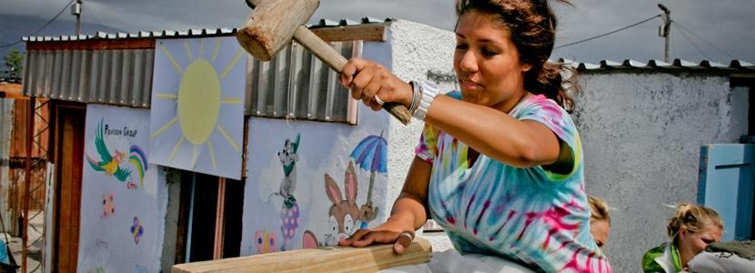 Help met het herstellen en bouwen van huizen tijdens de jongerenreis