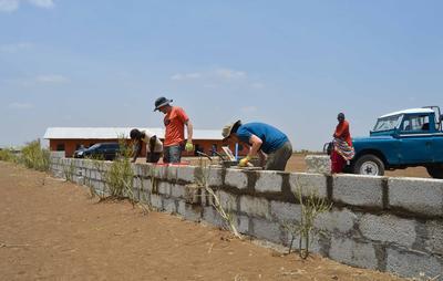 Tijdens deze groepsreis voor jongeren naar Tanzania help je bij het bouwen van een school.