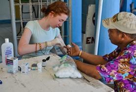 Leer bloedprikken tijdens de Public Health groepsreis voor jongeren naar de Filippijnen.
