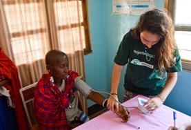 Als vrijwilliger kun je tijdens de Public Health jongerenreis helpen bij medical outreaches naar een Maasai gemeenschap.