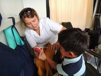 Leer de medische basisvaardigheden tijdens de jongerenreis Geneeskunde project naar Bolivia.