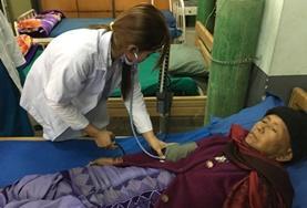 Kijk mee bij de behandeling van patienten in een ziekenhuis in Nepal tijdens de geneeskunde groepsreis voor jongeren.