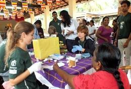 Een vrijwilliger doet tijdens de geneeskunde groepsreis voor jongeren ervaring op tijdens een medical outreach.