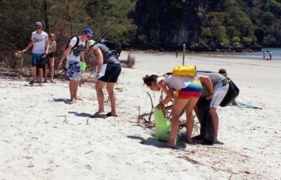 Projects Abroad vrijwilligers houden het strand schoon in Thailand