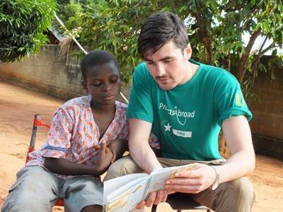 Tijdens de jongerenreis naar Togo kun je helpen bij lokale kinderdagverblijven en je Frans verbeteren
