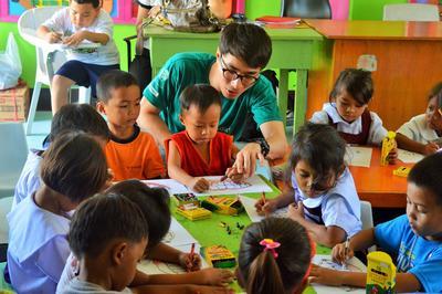 Tijdens de sociale zorg en samenleving groepsreis voor jongeren naar de Filippijnen help je mee bij educatieve activiteiten op scholen.