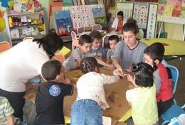 Werk samen met vrijwilligers uit de hele wereld in een dagopvangcentrum in Marokko tijdens deze Sociaal & Samenleving groepsreis voor jongeren.