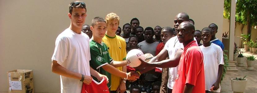 Neem als vrijwilliger deel aan de jongerenreis en help lokale kinderen bij sportlessen.
