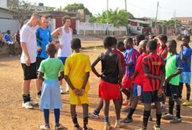 Train tijdens dit voetbalproject voor jongeren in Ghana een voetbalteam tot het moment van de wedstrijd.