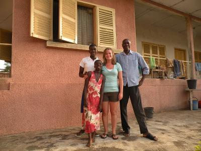 Projects Abroad vrijwilliger bij haar gastgezin in Ghana