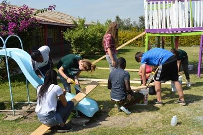 Projects Abroad vrijwilligers knappen speeltuin op in Kenia