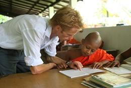 Een ervaren leraar doet vrijwilligerswerk in het buitenland.