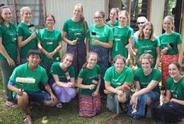 Jongeren leren een nieuwe cultuur kennen en maken nieuwe vrienden tijdens vrijwilligerswerk in het buitenland.