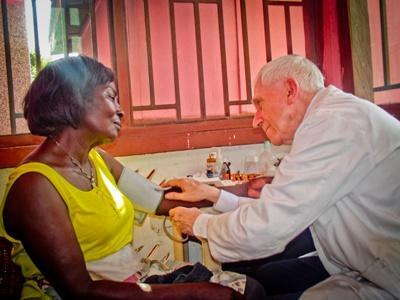 Een oudere Projects Abroad vrijwilliger aan het werk bij een medisch project in Ghana.