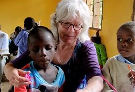 Een oudere vrijwilliger zet haar ervaring in tijdens vrijwilligerswerk in het buitenland.