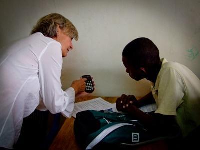 In Tanzania krijgen studenten hulp van een professionele vrijwilliger bij hun microkrediet project