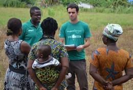 Een pas afgestuurde vrijwilliger stelt vragen aan de lokale bevolking.
