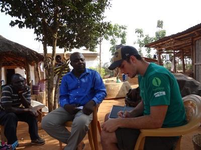 In Togo delen een student Landbouwkunde en een lokale boer ervaringen uit in het kader van het Landbouwproject.