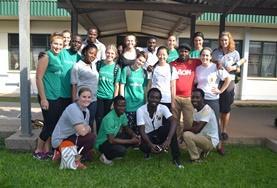 Vrijwilligers doen vrijwilligerswerk tijdens hun tussenjaar in het buitenland.