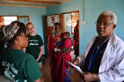 Tijdens een geneeskunde stage in Tanzania kun je medische ervaring opdoen door mee te kijken met lokale artsen.