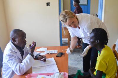 Tijdens een medical outreach op het geneeskunde project in Kenia help je lokale artsen bij de zorg voor patiënten.