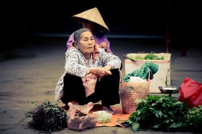 Lokale vrouw verkoopt kruiden op de lokale markt