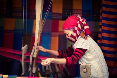 De inwoners van Mai Chau weven zelf textiel