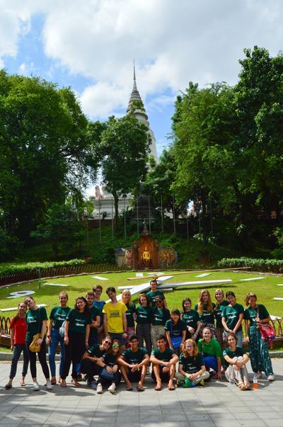 Jongeren brengen een bezoek aan een tempel tijdens de jeugdreis naar Cambodja.
