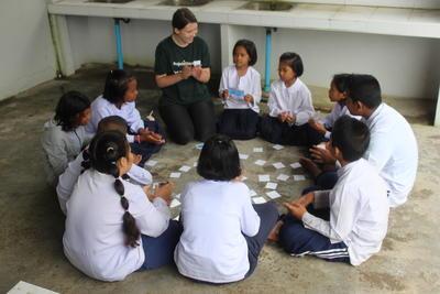 Projects Abroad vrijwilliger aan het werk met kinderen in Thailand Azië