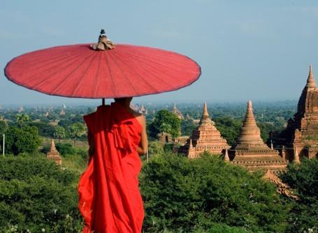 Monnik in Myanmar bij tempel