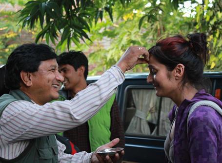 Projects Abroad vrijwilliger in Nepal krijgt lokale begroeting
