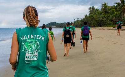 Projects Abroad vrijwilligers helpen stranden in Fiji schoon te maken
