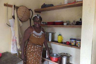 Weeshuis Tanzania keuke mama Nora