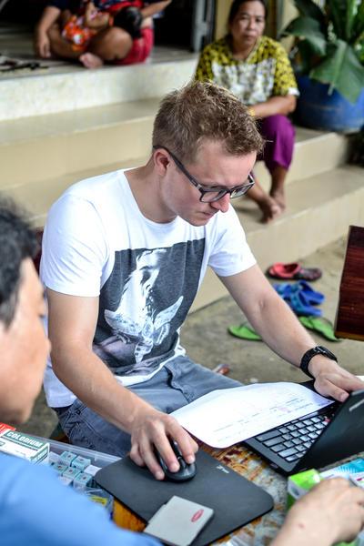 Vrijwilliger voert gegevens toe aan de database aan de hand van ingevulde checklists