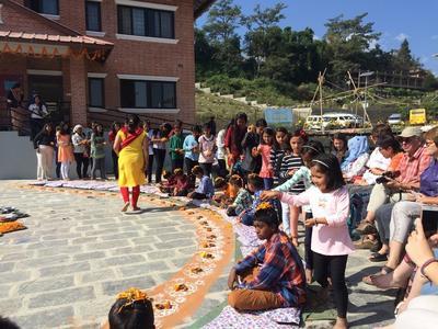 Traditionele ceremonie tijdens groepsreis in nepal