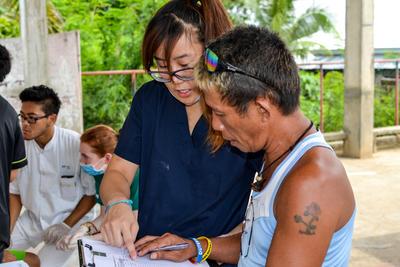 Tijdens een gezondheidszorg stage in het buitenland kun je ook deelnemen aan medische outreaches naar lokale gemeenschappen.