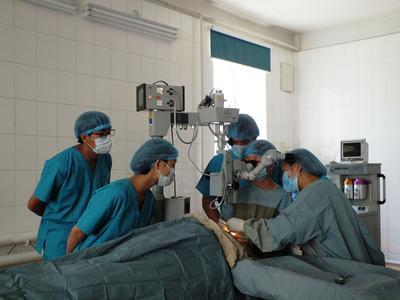 Tijdens een geneeskunde stage in het buitenland kun je veel leren van de lokale artsen door met hen mee te kijken.