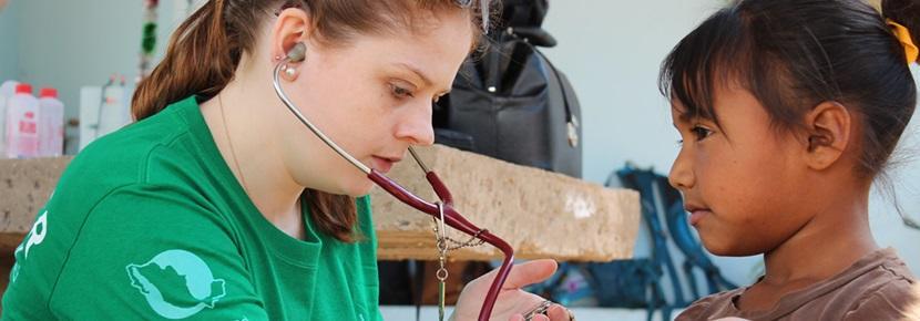 Stage in het buitenland: geneeskunde student helpt met een gezondheidscontrole in Mexico.
