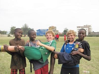 Nederlandse jongens van 11 jaar bij een sportproject in Kenia