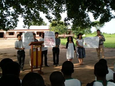 Projects Abroad vrijwilligers geven voorlichting in Ghana over mensenrechten