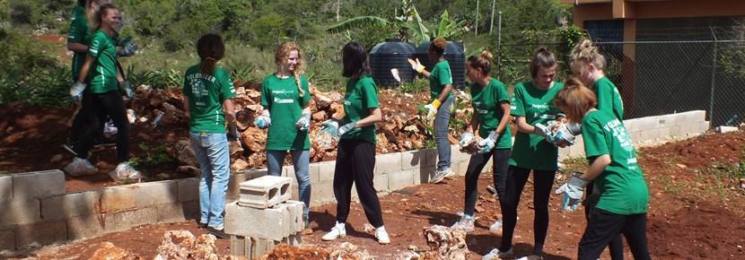 Als je vrijwilligerswerk doet op het gebied van bouwen in het buitenland, dan kun je helpen bij het bouwen van o.a. speelplaatsen of scholen.
