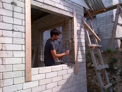 Projects Abroad vrijwilligers werken samen met een lokale aannemer om huizen en scholen te bouwen en renoveren die getroffen zijn door tyfoon Haiyan