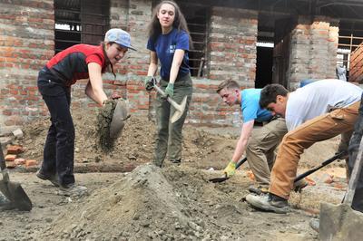 Vrijwilligers van Projects Abroad leveren een bijdrage aan de wederopbouw van Nepal na de aardbeving.