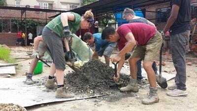 Projects Abroad vrijwilligers werken mee met de heropbouw van scholen op het wederopbouw project in Nepal