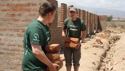 Huizen bouwen in Tanzania