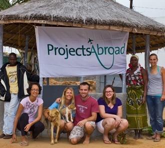 Projects Abroad vrijwilligers poseren voor een groepsfoto tijdens hun wederopbouw project in Mozambique