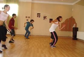 Als je vrijwilligerswerk doet op het dans project in Roemenië geef je danslessen aan jongeren.