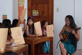 Een Kunst & Cultuur vrijwilliger helpt kinderen in Ecuador bij hun ontwikkeling door creatieve vorming te geven.