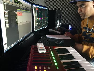 Vrijwilliger in de muziek studio bezig met opnames